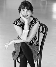 Julie Kavanagh adlı kişinin fotoğrafı