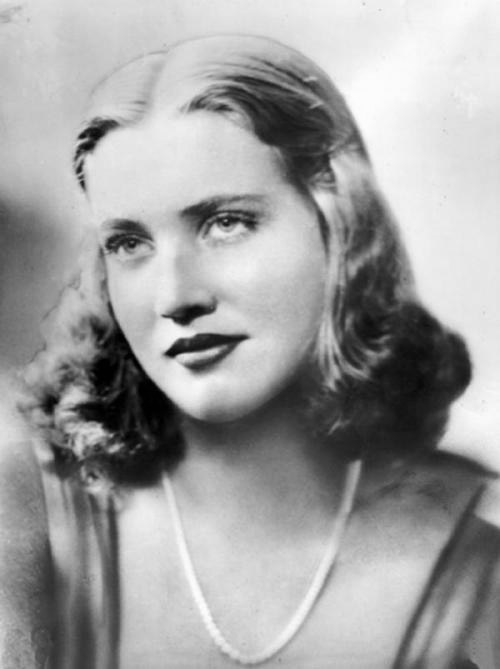 Edith bouvier beale movies bio and lists on mubi - Grey gardens documentary watch online free ...