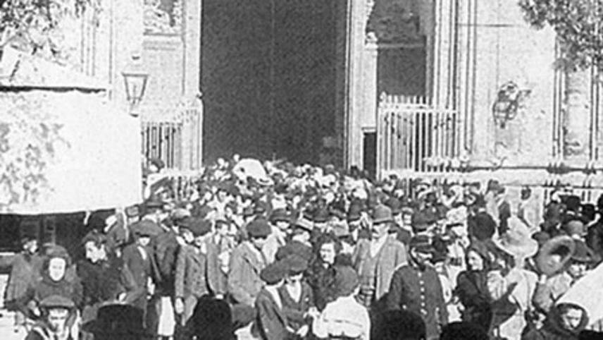 Worshippers Leaving the Noon Mass at Pilar de Zaragoza