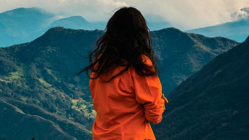 Miss María, Skirting the Mountain