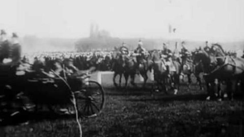 Revue à Longchamp: charge finale et départ de M. le Président